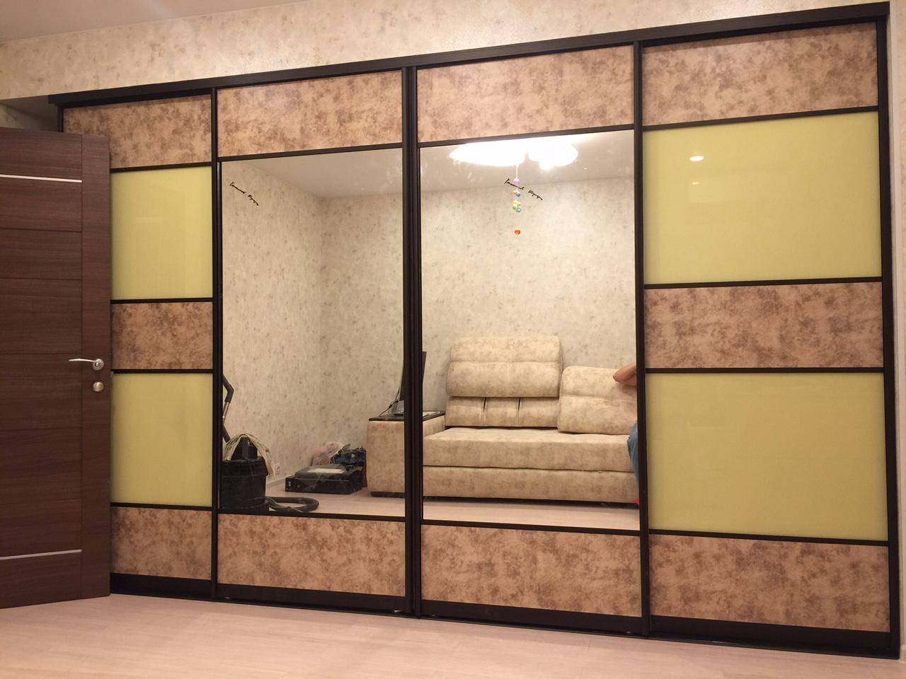 встроенный шкаф-купе со вставками из кожи и стекла